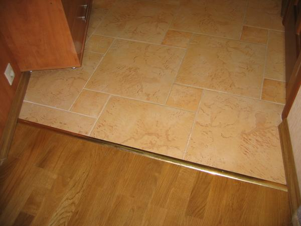 Плитка на пол в кухне переходящая в коридор